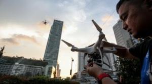 Penghobby Drone sedang menerbangkan kamera Dronenya